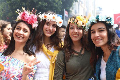 土耳其南部阿達那「國際橙花嘉年華會」據說是土耳其唯一街頭狂歡活動,6日以色彩繽紛踩街遊行進入最高潮。圖為參加活動的女孩。中央社記者何宏儒阿達那攝 108年4月7日