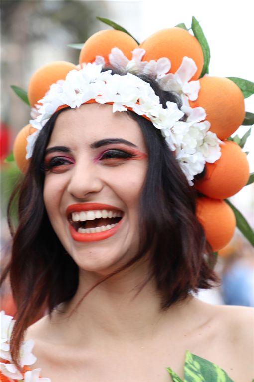 土耳其南部阿達那「國際橙花嘉年華會」據說是土耳其唯一街頭狂歡活動,6日以色彩繽紛踩街遊行進入最高潮。圖為一名參加踩街遊行的女孩。中央社記者何宏儒阿達那攝 108年4月7日