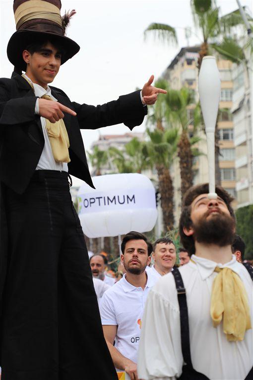 土耳其南部阿達那「國際橙花嘉年華會」據說是土耳其唯一街頭狂歡活動,6日以色彩繽紛踩街遊行進入最高潮。圖為參與活動的特技表演團隊。中央社記者何宏儒阿達那攝 108年4月7日