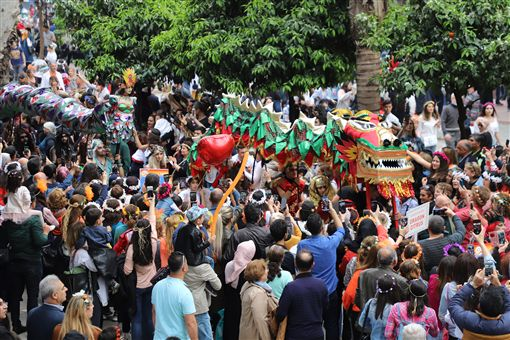 土耳其南部阿達那「國際橙花嘉年華會」據說是土耳其唯一街頭狂歡活動,6日以色彩繽紛踩街遊行進入最高潮。圖為遊行隊伍和圍觀群眾。中央社記者何宏儒阿達那攝 108年4月7日
