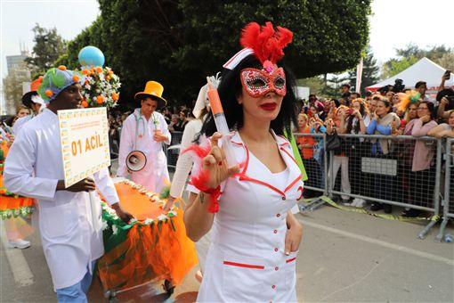 土耳其南部阿達那「國際橙花嘉年華會」據說是土耳其唯一街頭狂歡活動,6日以色彩繽紛踩街遊行進入最高潮。圖為參與活動的醫療急救團隊。中央社記者何宏儒阿達那攝 108年4月7日