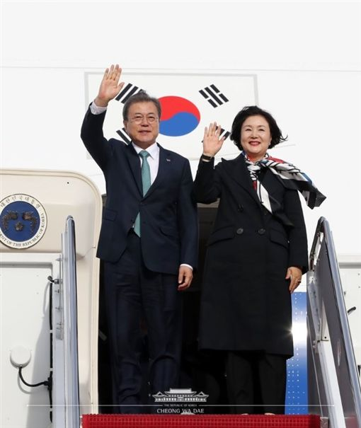 南韓總統文在寅(左)偕同夫人金正淑展開3天訪美行程,預計11日與美國總統川普進行高峰會談。(圖/翻攝自Twitter)