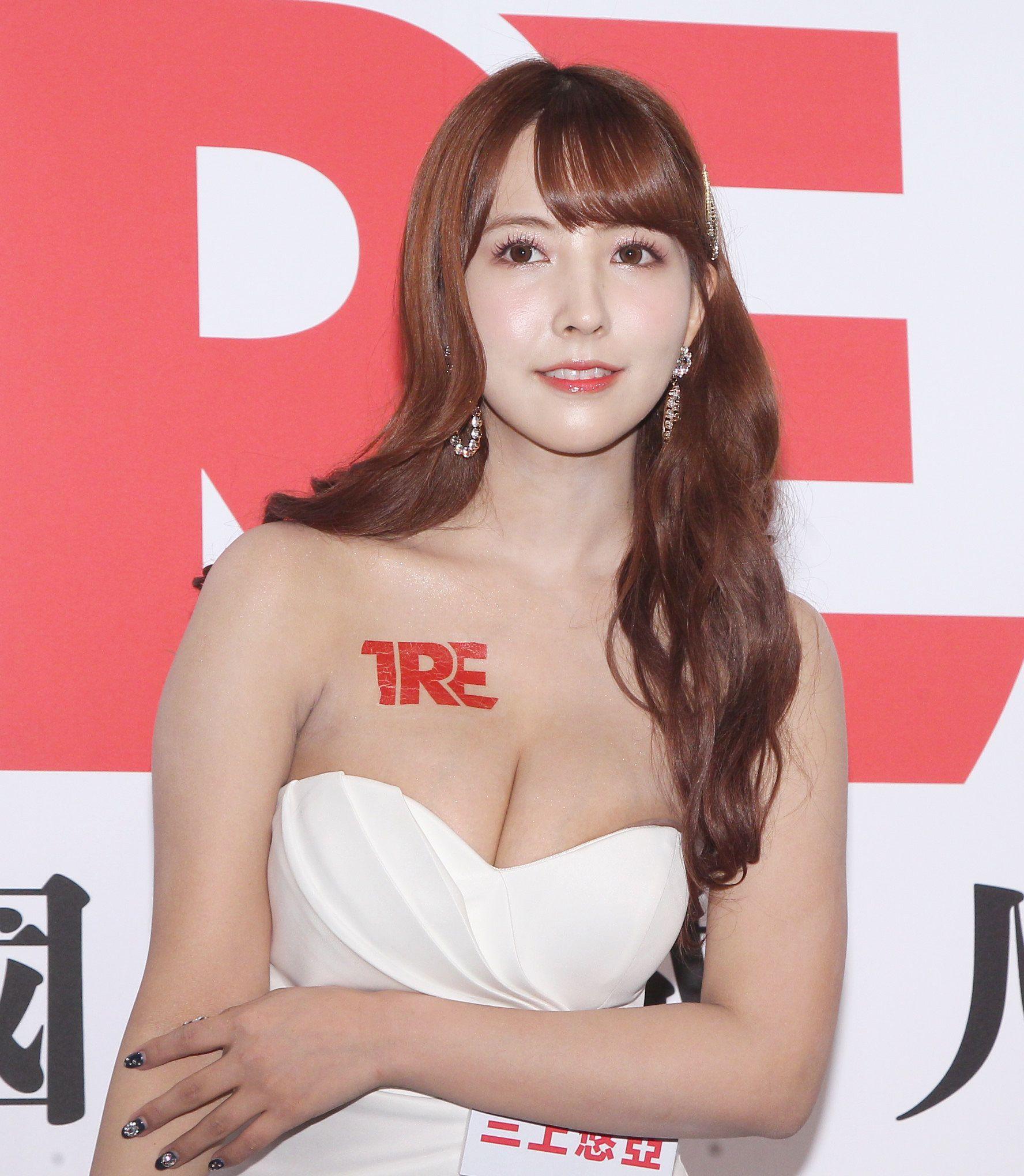 AV女優三上悠亞為2019「TRE台北國際成人展」設計專屬愛心手勢。(記者邱榮吉/攝影)
