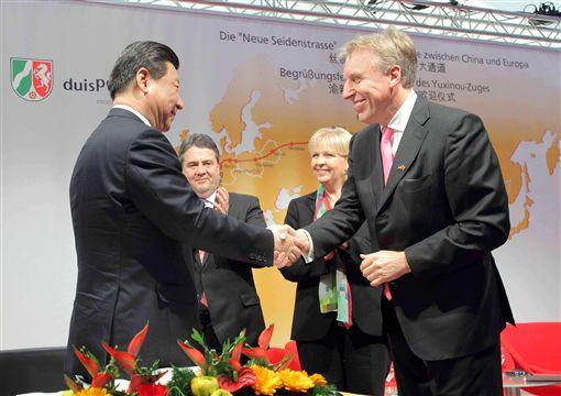 2014年3月,史塔克(右)以杜伊斯堡港總經理的身份歡迎來訪的中國國家主席習近平(左)。(©duisport/Rolf Koeppen提供)中央社記者林育立柏林傳真 108年4月11日