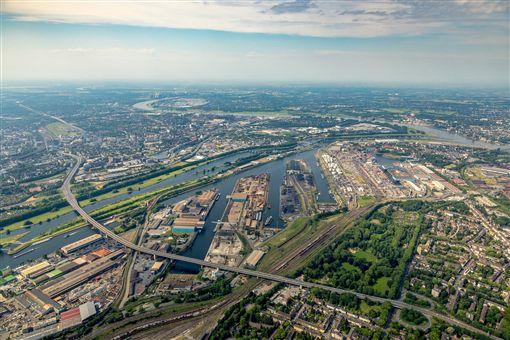 位於萊因河與魯爾河交界的杜伊斯堡港地理位置優越,是歐洲最大的內陸港。(©duisport/Hans Blossey提供)中央社記者林育立柏林傳真 108年4月11日