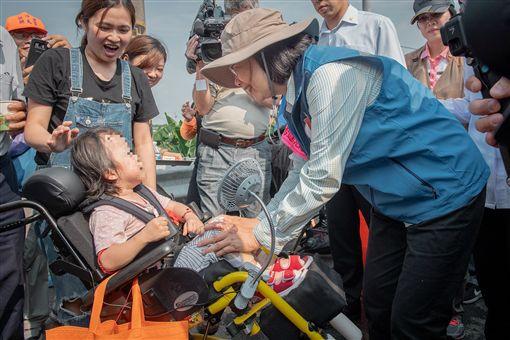 隨白沙屯媽進香…蔡英文打氣輪椅女童:別怕!媽祖會保護妳 圖翻攝自蔡英文臉書