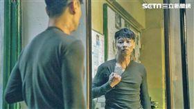 張晉《九龍不敗》中化身為行事暴力的神經質刑警。(圖/華映娛樂提供)