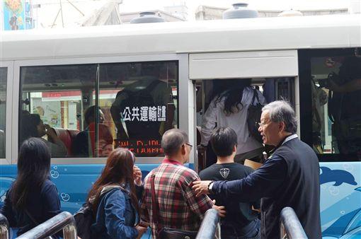澎湖小海豚公車11日正式行駛營運,觀光季期間,每次上車只要新台幣10元,提供旅客更便捷的服務。中央社 108年4月11日