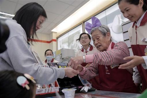 新竹市政府媒合統一超商、老五老基金會開辦「幾點了咖啡館」,讓失智或高齡長者擔任店員,為客人結帳,重新回到社會與人群接觸、學習新事物。中央社記者魯鋼駿攝 108年4月12日