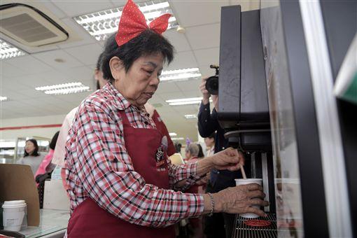 新竹市政府媒合統一超商、老五老基金會開辦「幾點了咖啡館」,讓失智或高齡長者擔任店員,為客人煮咖啡。中央社記者魯鋼駿攝 108年4月12日