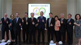 ▲家樂福確定接手台糖旗下八間分店,雙方在台南簽約。(圖/業者提供)