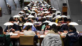 大陸圖書館自習室座無虛席中國大陸名校學生競爭壓力大,圖書館幾乎天天坐滿苦讀的學生,台生赴陸後體會到大陸的同儕環境和台灣明顯不一樣。圖為山西省太原市圖書館,考生專注複習準備考試。(中新社提供)中央社  107年4月8日