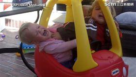 三萌娃就是要坐這台車! 網笑:都擠到變形了