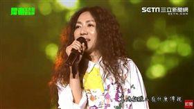 歌后萬芳目前正在現場演唱。