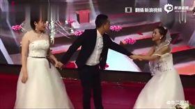 超離譜!前女友穿婚紗「搶婚」 新娘目睹鬧劇憤而離去(圖/翻攝自新浪視頻)
