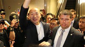 韓國瑜訪美抵洛杉磯韓粉僑胞熱情接機,高雄市府