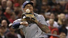 ▲馬查多(Manny Machado)從三壘界外區長傳一壘刺殺跑者。(圖/美聯社/達志影像)