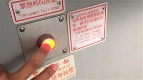 他火車按警鈴驚動乘客…竟是大號沒衛生紙 穿西裝下體光光 圖翻攝自Dcard