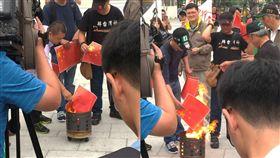護台抗中!力抗「和平統一」 民眾現場焚燒「五星旗紙」 圖/翻攝自PTT https://www.ptt.cc/bbs/Gossiping/M.1555137526.A.44D.html