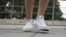 穿白鞋遭小屁孩踩到 他發飆教訓對方…下秒超尷尬(圖/翻攝自pixabay)