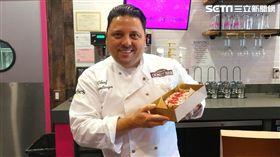 Santiago秀出「死侍」萊恩雷諾斯最愛的招牌甜甜圈。(圖/記者蕭翰弦攝影)