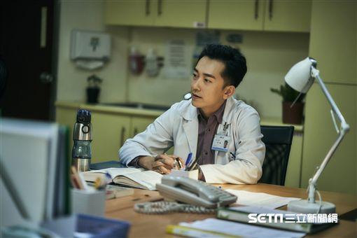 《我們與惡的距離》精神科醫師林一駿(施名帥飾演)