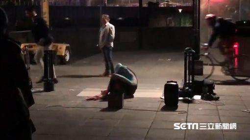 台灣魔術師街頭演出…澳洲男伸腳踹破氣球 他重摔倒地扭傷圖/許鴻糧授權提供