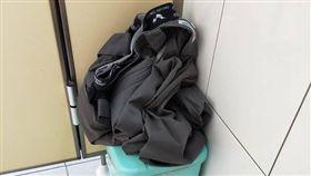 廁所,馬桶,褲子,內褲,全脫,爆廢公社 圖/翻攝自臉書爆廢公社
