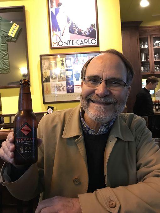 40年前首駐台  退休後他每年都會來台灣(3)美國前外交官馬天意65歲從國務院退休後,除了待在美國加州,每年都會到法國、台灣住上幾個月。圖為他在台北一家美式運動餐廳。(馬天意提供)中央社記者侯姿瑩傳真  108年4月14日