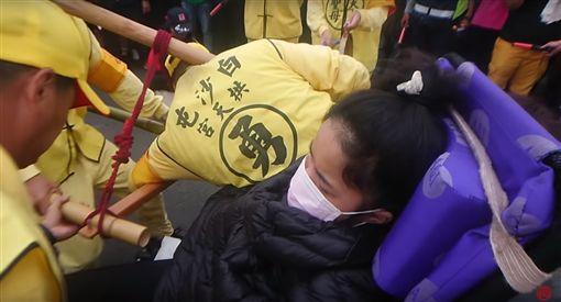 白沙屯媽,祈福,癱瘓少女 (圖/翻攝自白沙屯媽祖網路電視台)