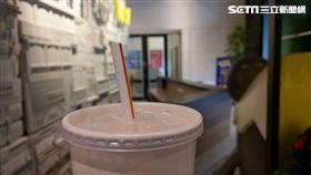 換杯蓋取代塑膠吸管真的「環保」?知情人士曝減塑真相