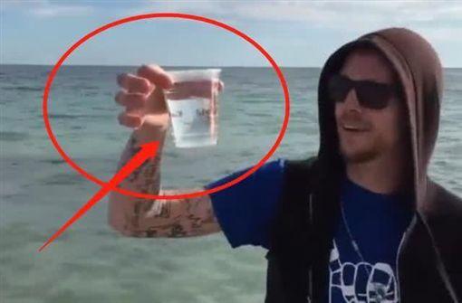 一名外國人實驗將海水煮沸,鍋內竟出現了大量的白色物質。(圖/翻攝自YouTube)
