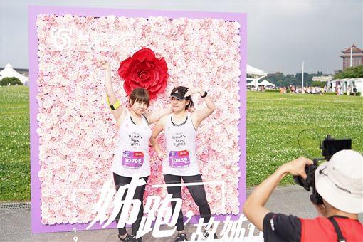 ▲Taishin Women Run Taipei施華洛世奇®水晶點綴玫瑰獎牌。(圖/大會提供)
