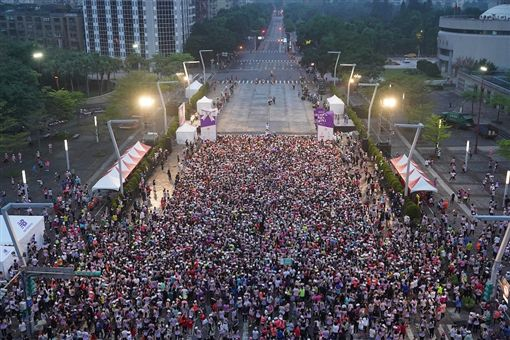 ▲台北黎明之際的女力起跑,為台北街頭點上最美的曙光。(圖/中華民國路跑協會提供)