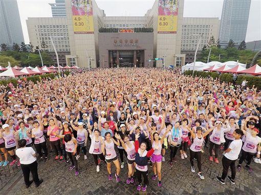 ▲15000位美麗女孩在台北市政府前起跑。(圖/中華民國路跑協會提供)