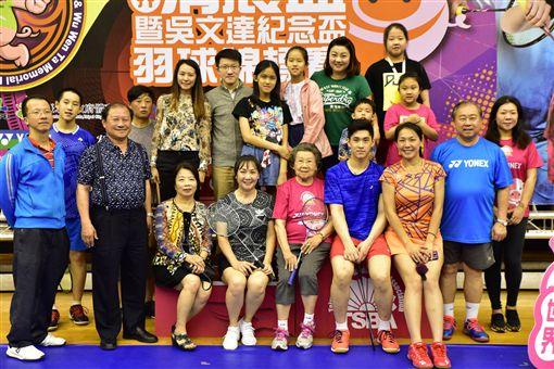 ▲吳宜倫(右前3)自父親吳俊彥(右2)手中接下推廣全民羽球發展的重任。(圖/中華全民羽球發展協會提供)
