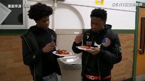 ▲除了課後活動,校內熱食部也提供晚餐給留校同學。(圖/CNN授權)