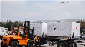 福衛七號運抵華儲公司倉庫(2)福爾摩沙衛星七號14日運抵桃園機場旁的華儲公司倉庫,工作人員仔細搬運,不敢大意。中央社記者謝佳璋攝 108年4月14日