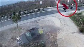 疲勞駕駛衝出路面!紅衣女瞬間「倒U噴飛」車外…2秒後重摔慘死(圖/微博)