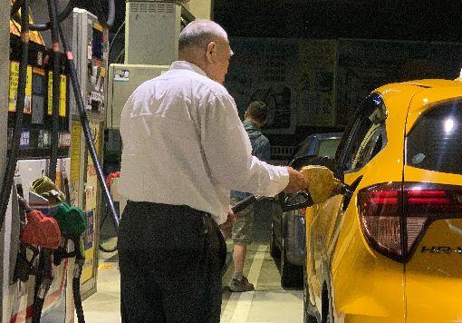 汽油15日起調漲0.2元(2)中油公司14日宣布,自15日零時起,汽油價格每公升調漲新台幣0.2元,柴油調漲0.4元,中油表示,本週受利比亞戰亂升溫與沙烏地阿拉伯國營石油公司首度公開發行國際美元債券引發熱潮等因素影響,帶動國際油價續漲。中央社記者張新偉攝 108年4月14日
