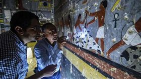 考古重大發現!埃及第五王朝古墓出土 有色彩鮮艷壁畫 (圖/翻攝自twitter)