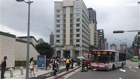 台北市1名84歲高姓老婦,欲穿越景美捷運站前的斑馬線時,突遭左轉的270號公車迎面撞上,高婦必須截肢且未能脫離險境(翻攝畫面)