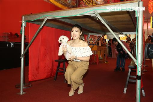 大甲媽祖北巡駐駕台北首度開放寵物「稜轎腳」,歌手謝晶晶。(記者林士傑/攝影)