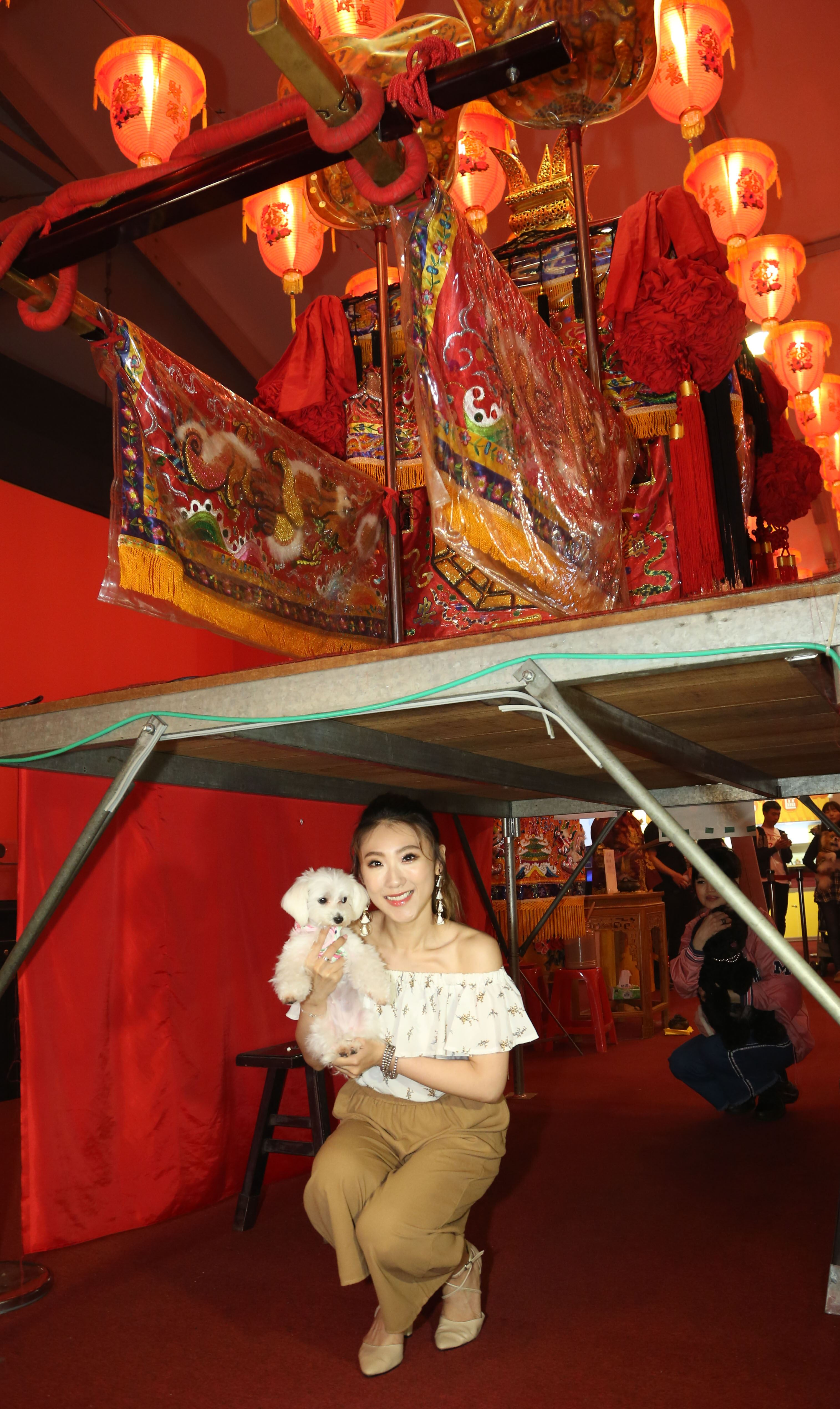 大甲媽祖北巡駐駕台北首度開放寵物「稜轎腳」,歌手謝金晶。(記者林士傑/攝影)
