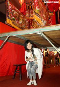 大甲媽祖北巡駐駕台北首度開放寵物「稜轎腳」,歌手張蓉蓉。(記者林士傑/攝影)