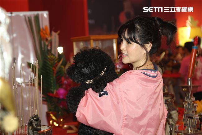 大甲媽祖北巡駐駕台北首度開放寵物「稜轎腳」,歌手談詩玲。(記者林士傑/攝影)
