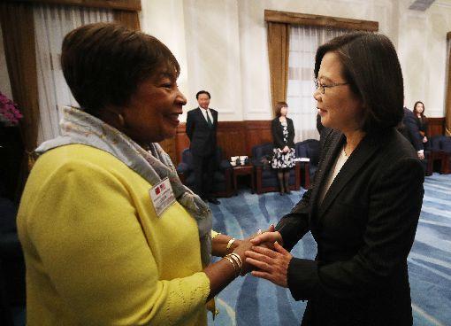 蔡總統與江笙握手致意總統蔡英文(右)15日在總統府接見美聯邦眾議員暨眾院科學、太空暨科技委員會主席江笙(Eddie Bernice Johnson)(左),向她握手致意。中央社記者張新偉攝  108年4月15日