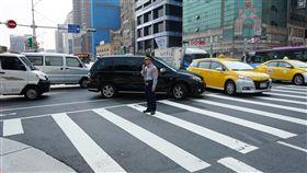 降低轉彎車撞行人事故  台北市加強取締台北市交通局21日指出,為降低路口行人事故,即日起在人潮眾多路口加強取締。警方表示,汽車車頭前端進入行人穿越道等就屬違規。圖為警方示範違規狀況。中央社記者劉建邦攝  108年3月21日