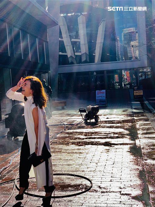 梁靜茹《微光》MV側拍。(圖/環球提供)