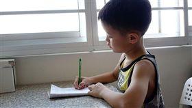 男童,homework。(圖/翻攝自Pixabay)